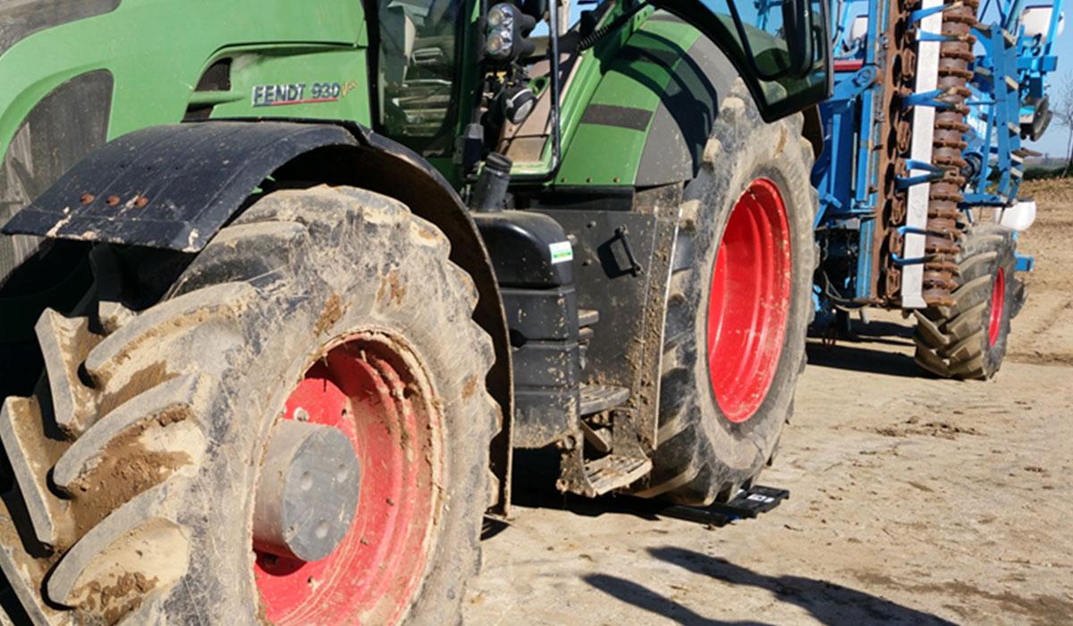 lestage-pneu-agricole-pesee-a-lessieu-arriere-dun-tracteur.jpg