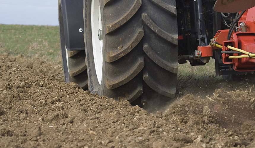 pneu-tracteur-pour-labourer.jpg