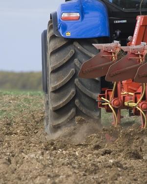 pneus-de-tracteur-pour-un-bon-labour.jpg